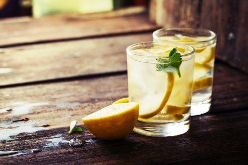 daglige detox tip, drik vand med citron.