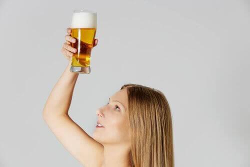 Alkoholfrit øl kan anvendes som balsam i tørt hår