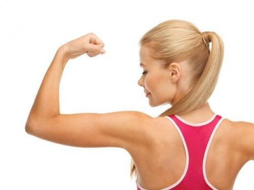 Du kan også lave øvelser med træningselastik der træner dine arme