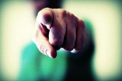 Nogle mennesker bebrejder sig selv for alting, mens andre har travlt med at skyde skylden på andre