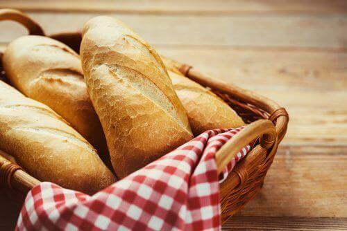 brød i en kurv