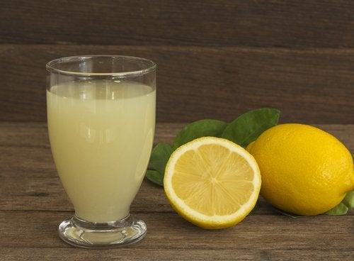 Citroner er rige på vitamin C, flavonoider, æblesyre og æteriske olier