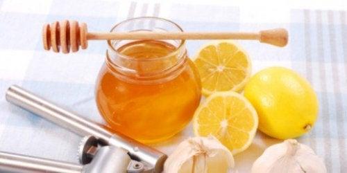 Brug honning og mandler til at rense din hud