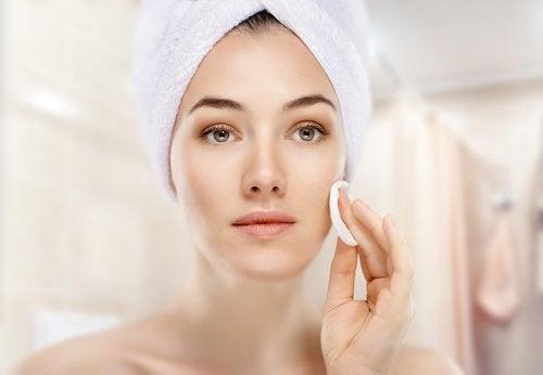 kvinde renser huden