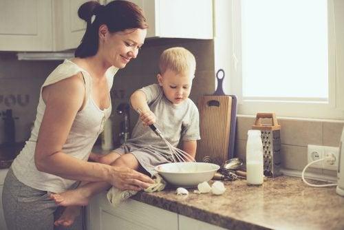 mor og barn laver mad