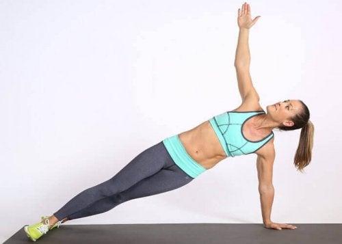 Med denne øvelse kan du træne mavemusklerne i siden