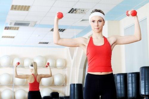 Denne øvelse med træningselastik træner dine triceps