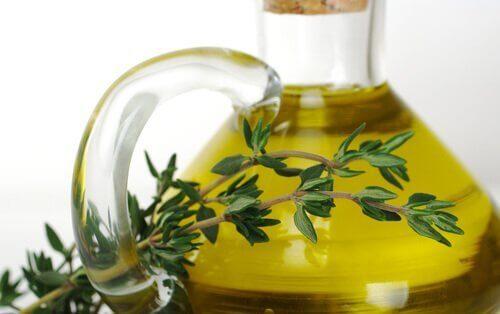 Brug æteriske olier til at massere det berørte område og behandle bursitis