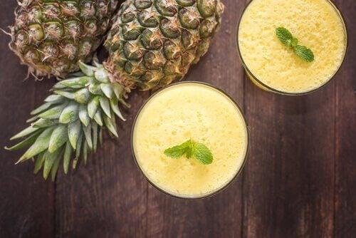 Ananassmoothie pyntet med mynte