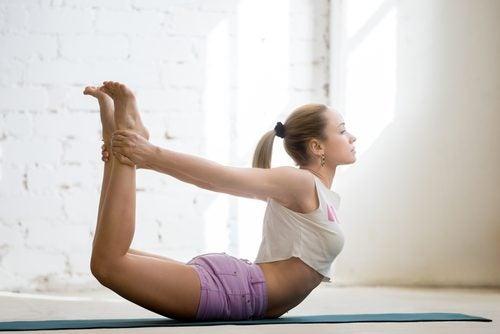 I denne stilling laver du en bue og buestreng med din krop