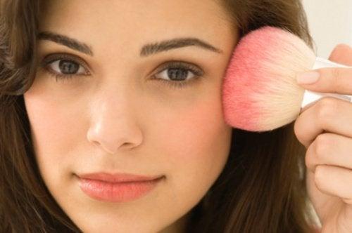 Makeup kan hjælpe med at opnå et solbrunt udseende