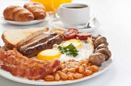 Røræg med bacon og pølser