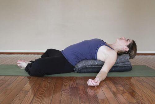 Denne stilling kan lindre menstruationssmerter g stress