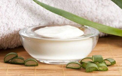 Aloe vera som en ansigtscreme til at fjerne døde hudceller