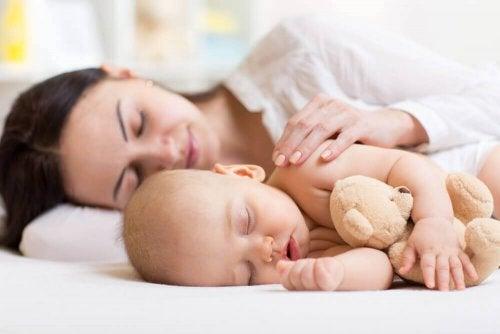 Babyer sover bedst, når de er i nærheden af deres mor