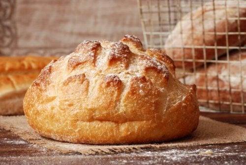 Følg disse 12 enkle trin til at lave dit eget æltefri brød