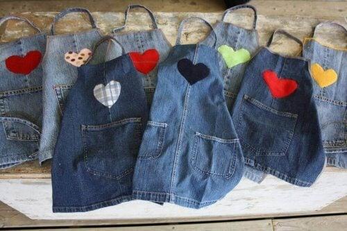 Du kan lave forklæder ud af dine aflagte jeans