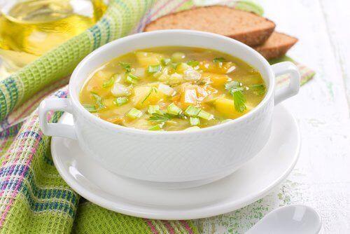 Grøntsagssuppe er en klassisk ret og fuld af sunde næringsstoffer, og kan laves af fedtfattig bouillon