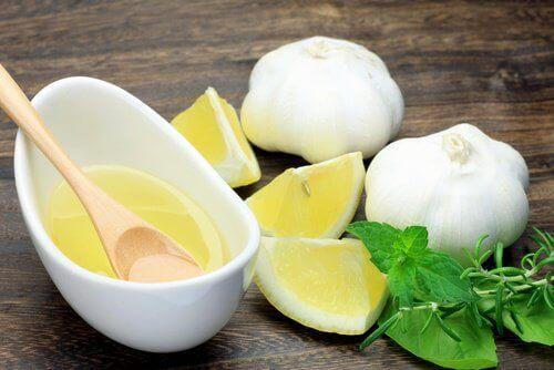 Hvidløg og citron indeholder antioxidanter, der kan hjælpe med at bekæmpe forhøjet kolesterol