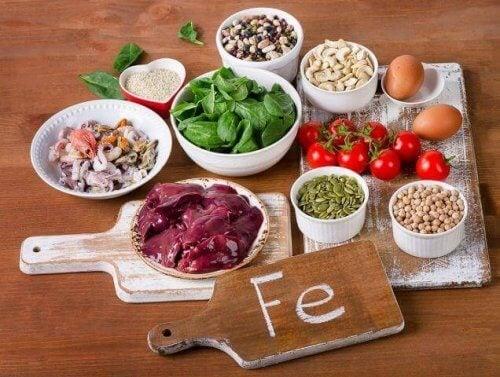 En sund og jernrig kost er vigtigt for at forebygge og behandle denne tilstand