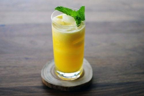 Lav en æble-ananasjucie med vanddrivende egenskaber
