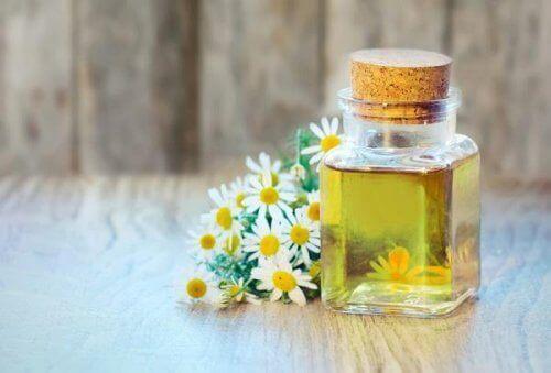 kamilleolie er blandt de gode æteriske olier til huden