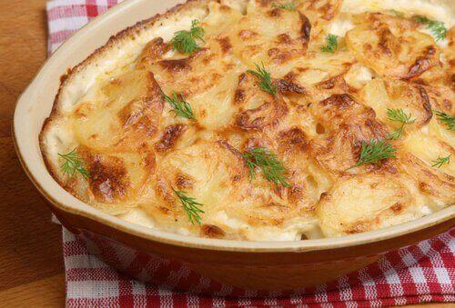 Kartoffelgratin med ost er et lækkert og økonomisk måltid
