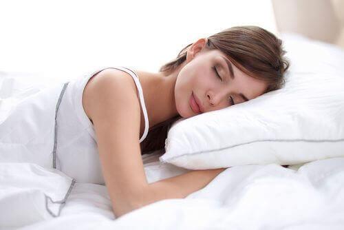 Kvinde sover i ren seng
