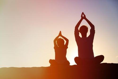 At praktisere mindfulness sammen kan give dig kvalitetstid sammen med dit barn