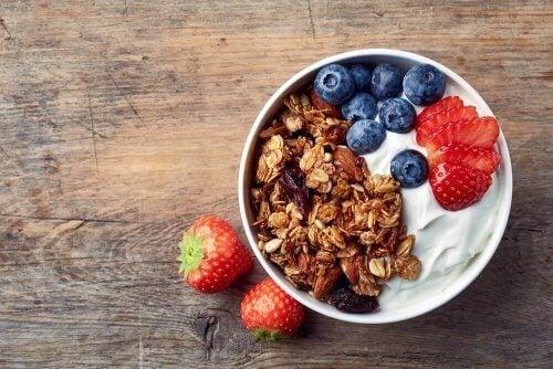 fuldkorn med yoghurt og frugt