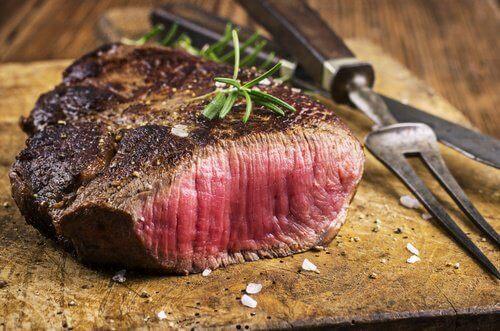 Rødt kød er en af de fødevarer der forårsager halsbrand