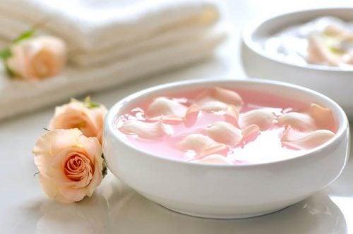 Rosenblad og honning blanding til ansigtsmasker