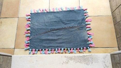 Du kan også genbruge gamle jeans til tæpper
