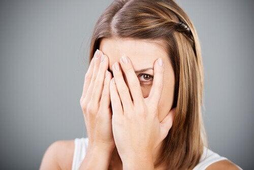 Kvinder skjuler sit ansigt