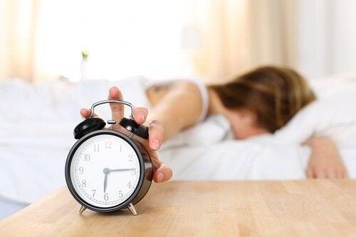 Kvinde med vækkeur laver fejl i morgenrutinen ved at stå for tidligt op