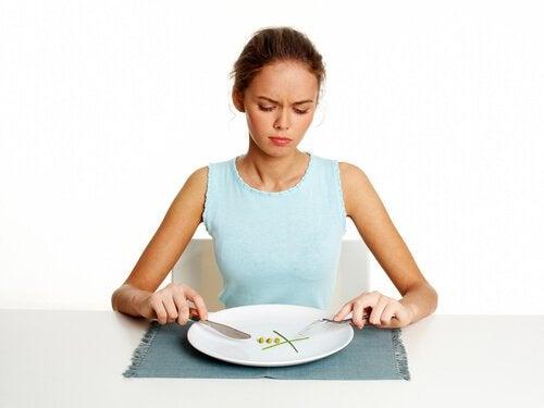 Kvinde spiser usund morgenmad