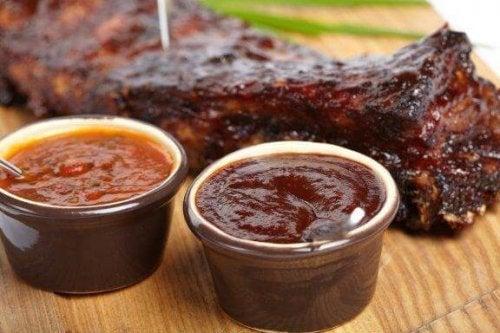 Tre opskrifter på barbecuesauce til kød
