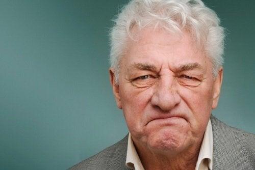 Gnaven gammel mand med frontotemporal demens