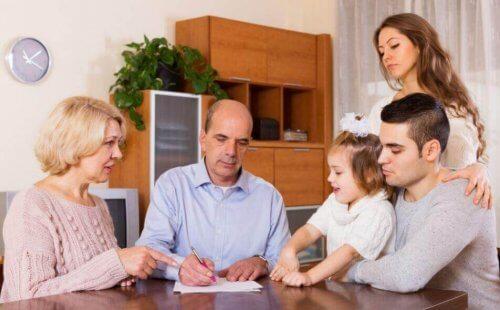 Forældre i gang med at lære børn om økonomi fra en tidlig alder