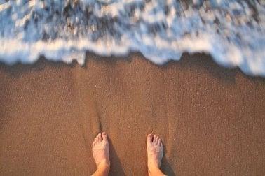 Bølger slår op på tæer