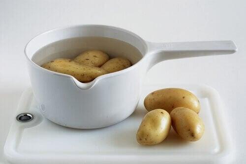 Kartofler i vand er et godt eksempel på midler mod halsbrand