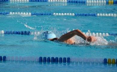 Person i gang med at svømme i pool, før man vælger at svømme i åbent hav