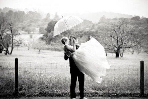 Par er blevet gift som ung og får taget billeder udenfor