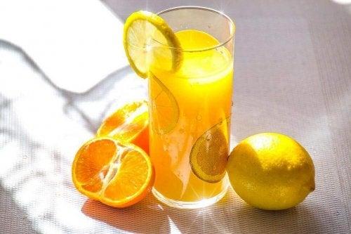 Du kan lave en lækker vegansk smoothie ved at kombinere forskellige citrusfrugter
