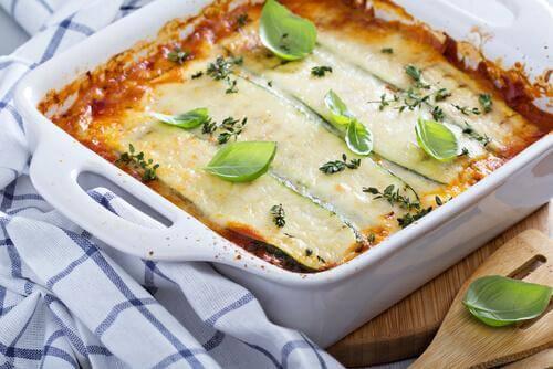 En lasagne med aubergine er et lækkert og sundt alternativ til den traditionelle version med kød