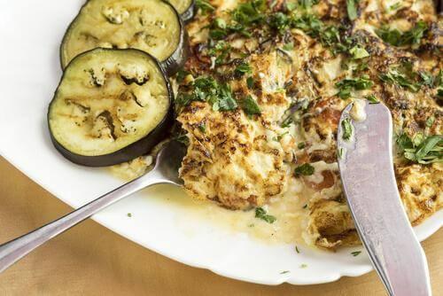 Aubergine er en spændende variation af traditionelle opskrifter på æggekage