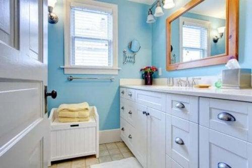 Blåt badeværelse med hvidt inventar