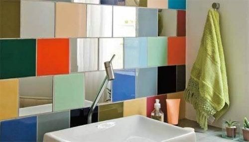 Indretning af badeværelse med farverige fliser