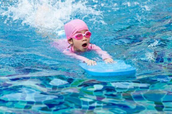 Sådan lærer du dine børn at svømme sikkert