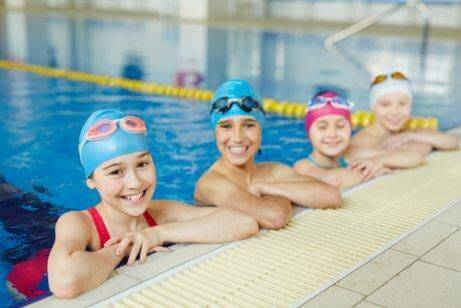 Børn i en svømmehal